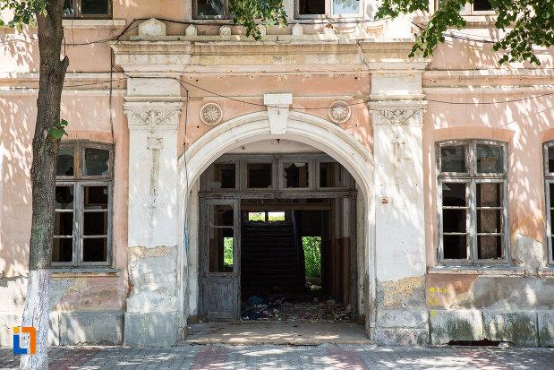 usa-din-lemn-de-la-scoala-comerciala-azi-instilutul-de-proiectari-din-giurgiu-judetul-giurgiu.jpg