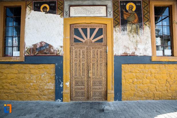 usa-din-lemn-din-biserica-sf-imparati-constantin-si-elena-din-cernavoda-judetul-constanta.jpg