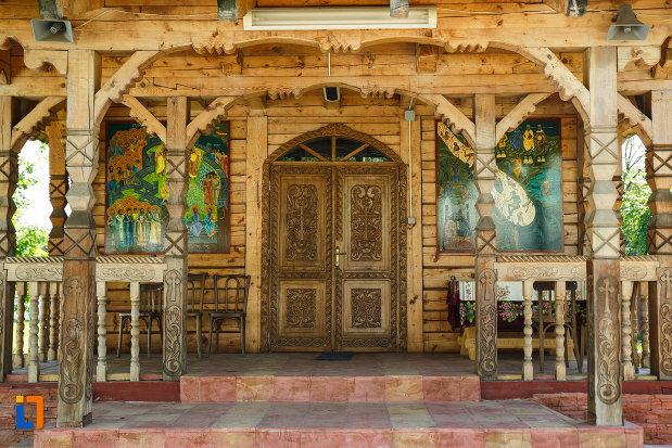 usa-din-lemn-din-complexul-biserica-muzeu-sf-ilie-biserica-noua-din-dragasani.jpg