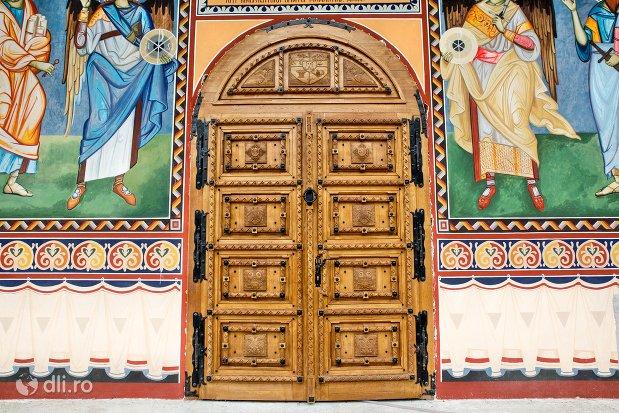 usa-din-lemn-manastirea-marius-judetul-satu-mare.jpg