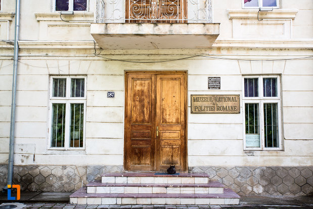 usa-din-lemn-muzeu-national-al-politiei-romane-din-targoviste-judetul-dambovita.jpg