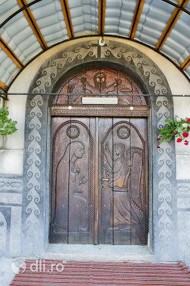 usa-din-lemn-sculptata-biserica-ortodoxa-nasterea-maicii-domnului-din-negresti-oas-judetul-satu-mare.jpg