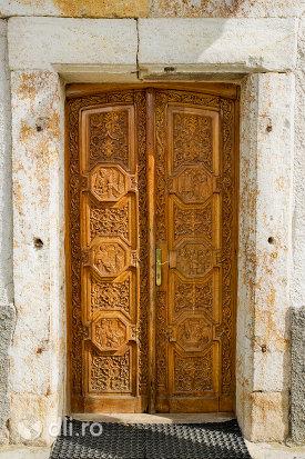 usa-din-lemn-sculptata-manastirea-sfintii-apostoli-petru-si-pavel-din-bixad-judetul-satu-mare.jpg