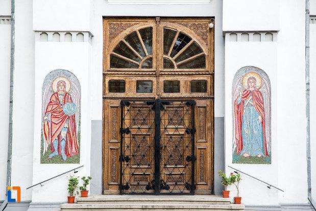 usa-din-lemn-si-gratii-de-la-biserica-inaltarea-domnului-din-giurgiu-judetul-giurgiu.jpg