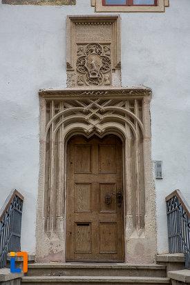 usa-din-lemn-si-motive-ornamentale-casa-cu-fragment-din-capela-gotica-din-sibiu-judetul-sibiu.jpg