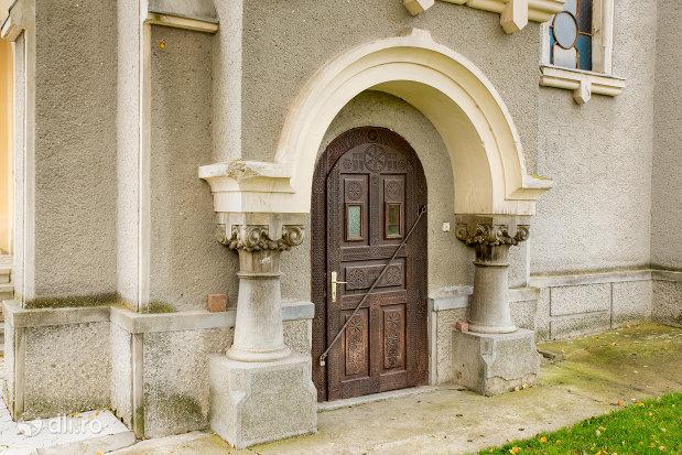 usa-laterala-de-la-mausoleul-lui-simion-barnitiu-din-bocsa-judetul-salaj.jpg