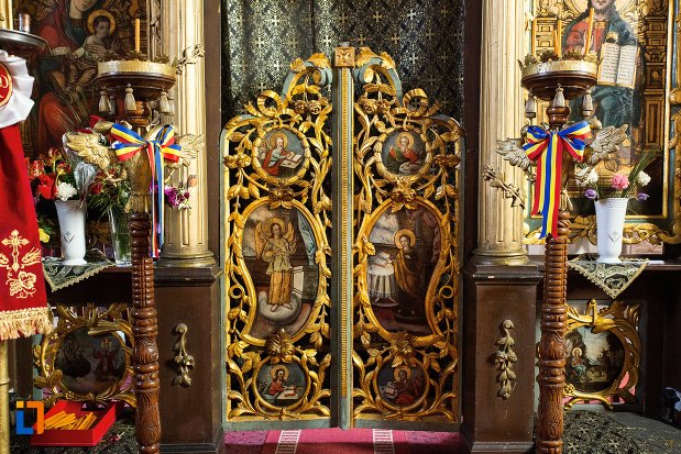 usa-ornata-din-biserica-greaca-bunavestire-din-alba-iulia-judetul-alba.jpg