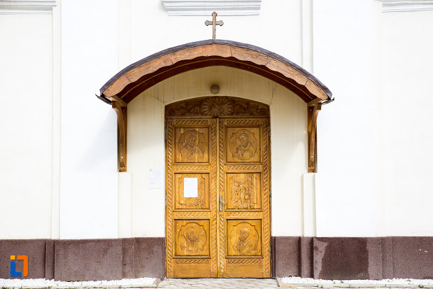 usa-sculptata-biserica-nasterea-sfantului-ioan-botezatorul-din-caransebes-judetul-caras-severin.jpg