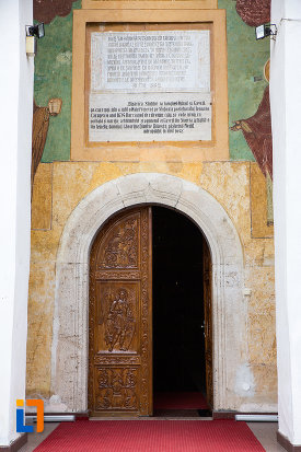 usa-sculptata-de-la-biserica-si-manastirea-sf-voievozi-din-slobozia-judetul-ialomita.jpg