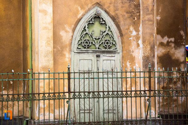 usa-sculptata-de-la-sinagoga-din-caransebes-judetul-caras-severin.jpg