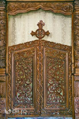usa-sculptata-din-biserica-noua-de-lemn-din-sighetul-marmatiei-judetul-maramures.jpg