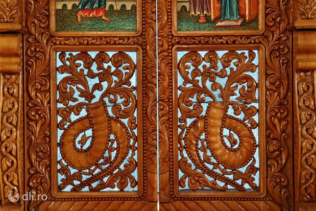usa-sculptata-din-lemn-biserica-sfantul-dimitri-izvoratorul-din-carei-judetul-satu-mare.jpg