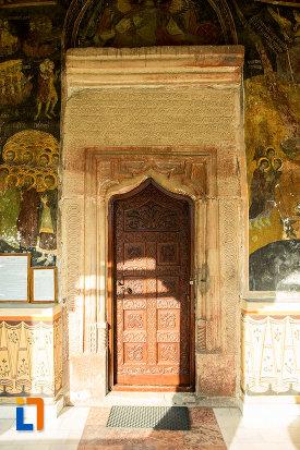 usa-sculptata-din-manastirea-clocociov-din-slatina-judetul-olt.jpg