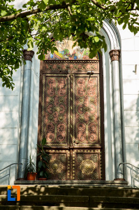 usa-sculptata-in-lemn-biserica-sf-gheorghe-din-slatina-judetul-olt.jpg