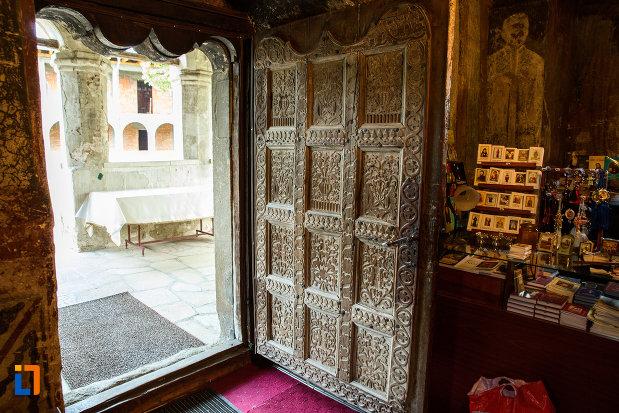 usa-sculptata-in-lemn-manastirea-strehaia-judetul-mehedinti.jpg