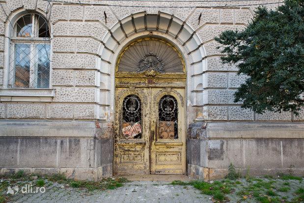 usa-sculptata-in-lemn-palatul-finantelor-din-oradea-judetul-bihor.jpg