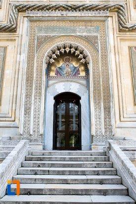usa-si-trepte-de-la-biserica-episcopala-manastirea-curtea-de-arges-judetul-arges.jpg