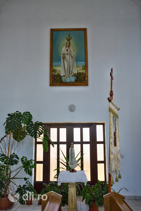 usi-de-interior-si-icoana-biserica-greco-catolica-din-vama-judetul-satu-mare.jpg