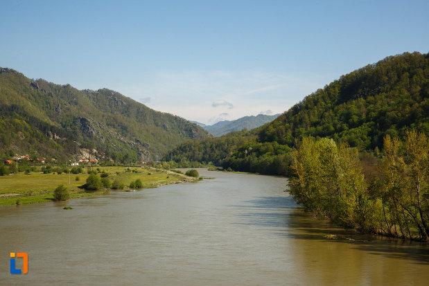 valea-oltului-la-calimanesti-judetul-valcea-imagine-cu-muntii-inconjuratori.jpg