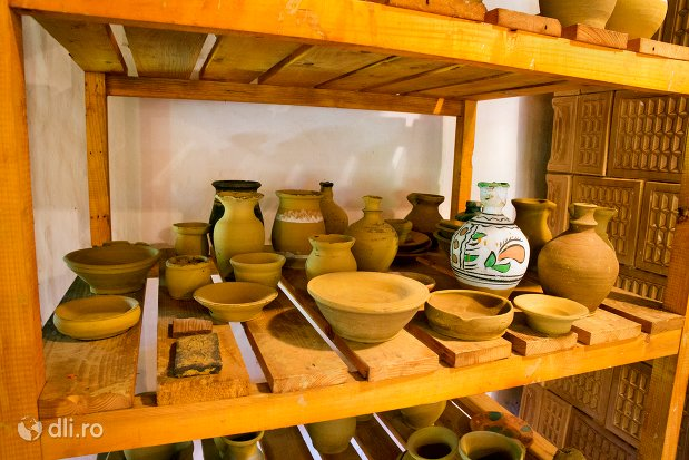 vase-mestesugite-muzeul-satului-osenesc-din-negresti-oas-judetul-satu-mare.jpg