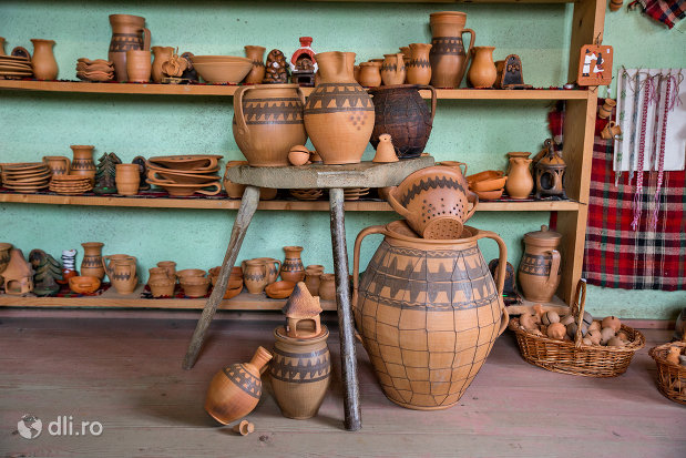 vase-ornamentale-de-la-ceramica-sacel-judetul-maramures.jpg