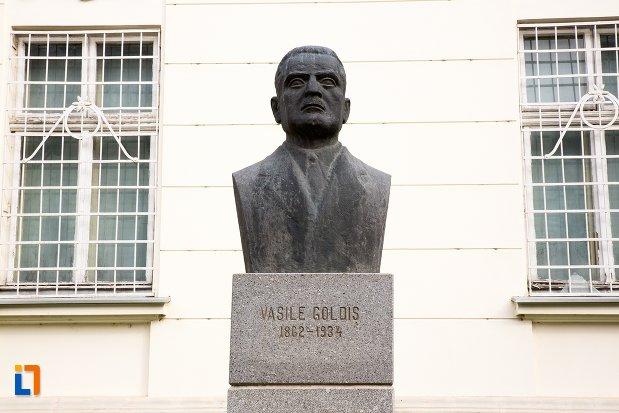 vasile-goldis-grup-statuar-in-fata-salii-unirii-din-alba-iulia-judetul-alba.jpg