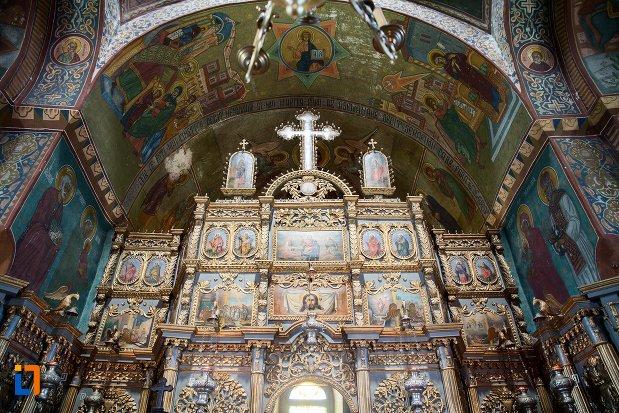 vedere-cu-altarul-din-biserica-adormirea-maicii-domnului-mavrodolu-din-pitesti-judetul-arges.jpg