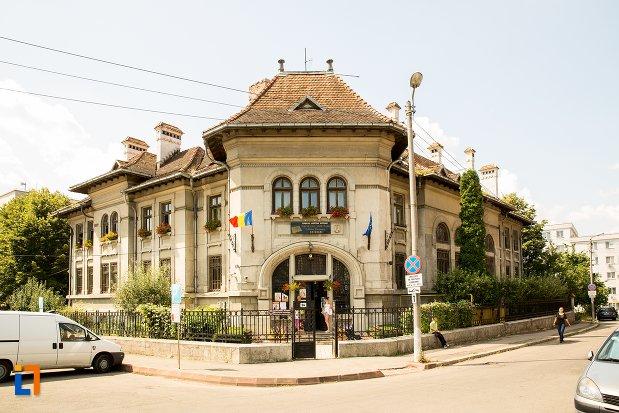 vedere-cu-banca-nationala-azi-biblioteca-judeteana-mihai-eminescu-din-botosani-judetul-botosani.jpg