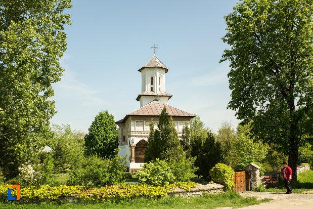 vedere-cu-biserica-de-lemn-sf-voievozi-din-targu-carbunesti-judetul-gorj.jpg