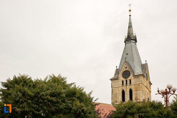 vedere-cu-biserica-evanghelica-fortificata-din-codlea-judetul-brasov.jpg