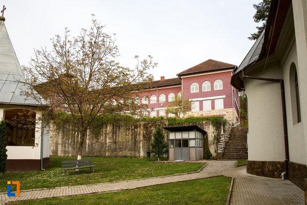 vedere-cu-biserica-petru-iacob-din-resita-judetul-caras-severin-cu-manastirea-godinova-din-bocsa-judetul-caras-severin.jpg