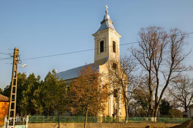 vedere-cu-biserica-romano-carolica-din-adoni-judetul-bihor.jpg