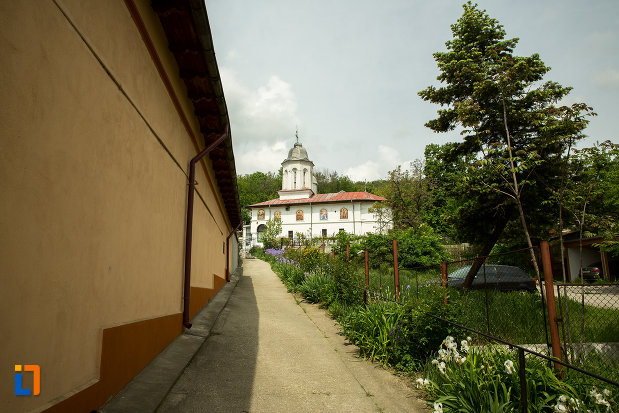 vedere-cu-biserica-sf-arhangheli-din-slatina-judetul-olt.jpg