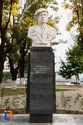 vedere-cu-bustul-generalului-erou-gheorghe-avramescu-din-botosani-judetul-botosani.jpg