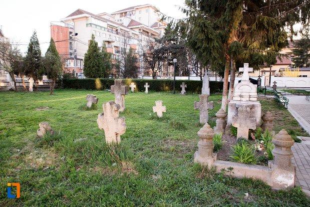 vedere-cu-cimitirul-bisericii-grecesti-bunavestire-din-alba-iulia-judetul-alba.jpg