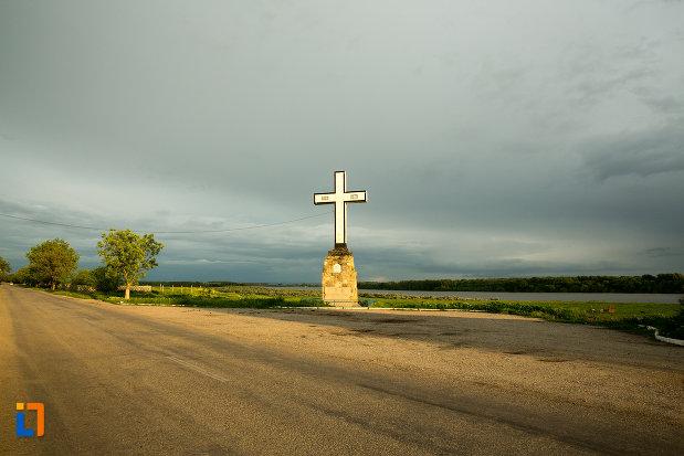 vedere-cu-crucea-eroilor-independentei-din-corabia-judetul-olt.jpg
