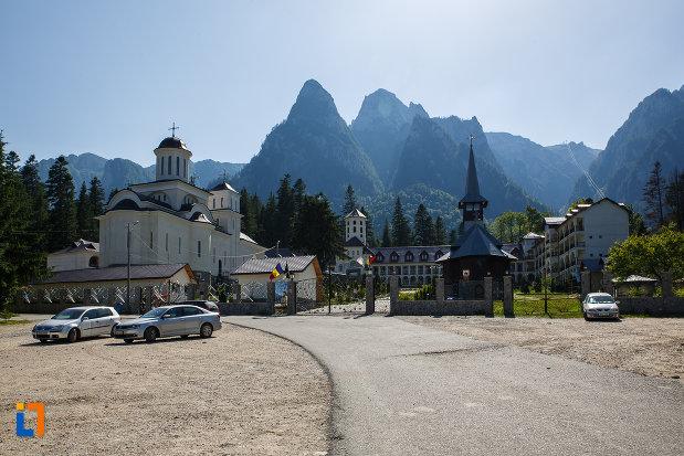 vedere-cu-manastirea-caraiman-din-busteni-judetul-prahova.jpg