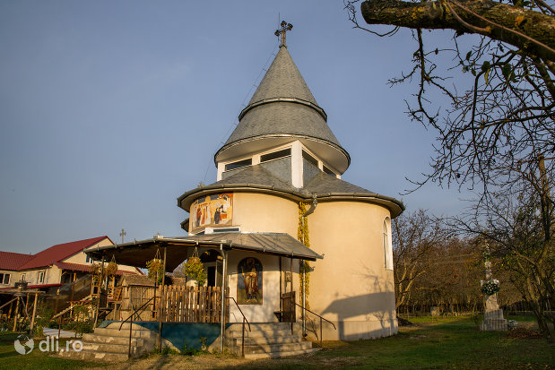 vedere-cu-manastirea-izbuc-din-valea-lui-mihai-judetul-bihor.jpg