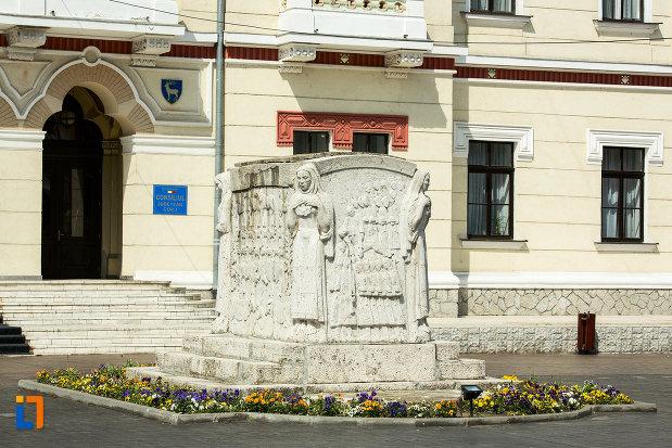 vedere-cu-mausoleul-eroinei-ecaterina-teodoroiu-din-targu-jiu.jpg