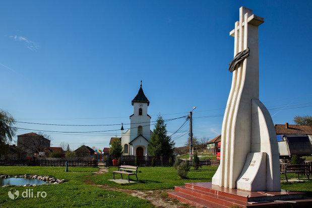 vedere-cu-monumentul-eroilor-din-criseni-judetul-salaj.jpg
