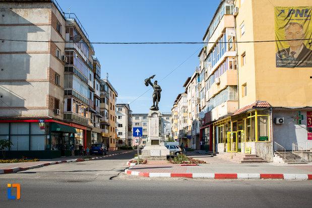 vedere-cu-monumentul-eroilor-din-gaesti-judetul-dambovita.jpg