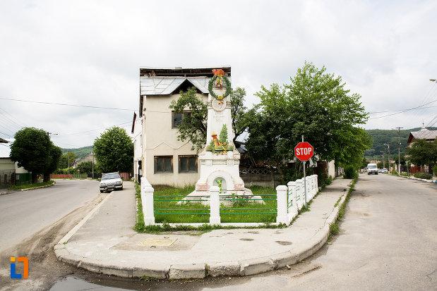 vedere-cu-monumentul-eroilor-din-moreni-judetul-dambovita.jpg