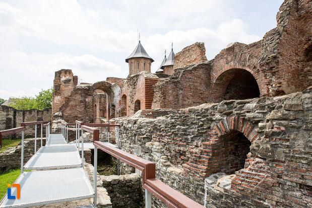 vedere-cu-palatul-domnesc-ruine-palatul-petru-cercel-din-targoviste-judetul-dambovita.jpg