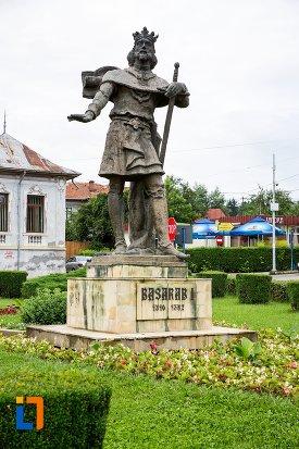 vedere-cu-statuia-domnitorului-basarab-i-din-curtea-de-arges-judetul-arges.jpg