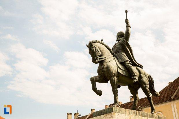 vedere-cu-statuia-ecvestra-a-lui-mihai-viteazul-din-alba-iulia-judetul-alba.jpg