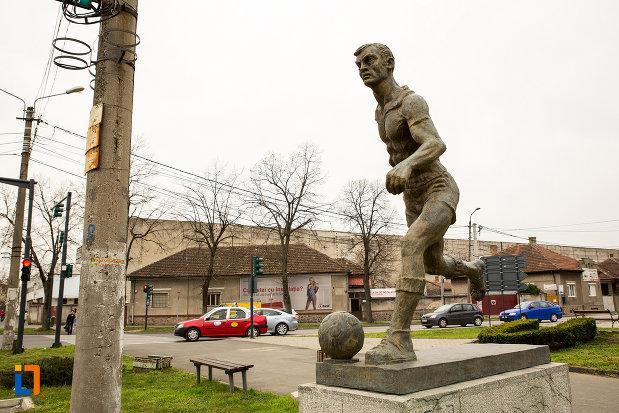 vedere-cu-statuia-fotbalistului-din-arad-judetul-arad.jpg