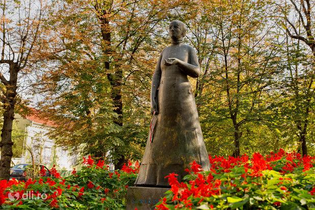 vedere-cu-statuia-lorantffy-zsuzsanna-din-oradea-judetul-bihor.jpg
