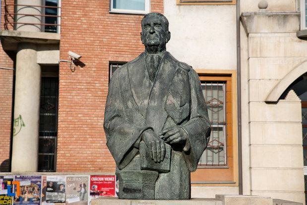 vedere-cu-statuia-lui-constantin-daicoviciu-din-cluj-napoca-judetul-cluj.jpg