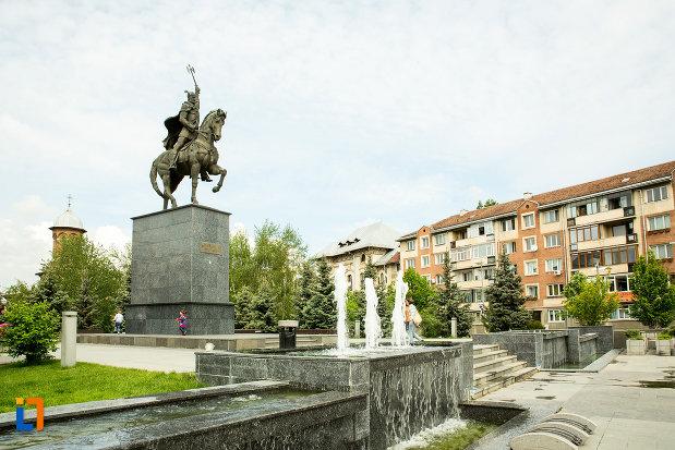 vedere-cu-statuia-lui-mihai-viteazu-din-craiova-judetul-dolj-din-lateral.jpg