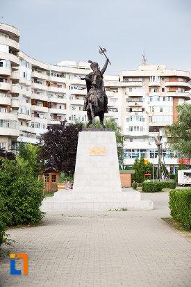 vedere-cu-statuia-lui-mihai-viteazu-din-giurgiu-judetul-giurgiu.jpg